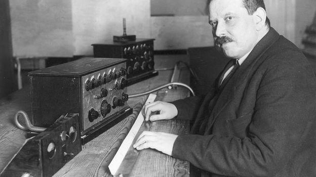 Friedrich Trautwein, el inventor, con su invento.