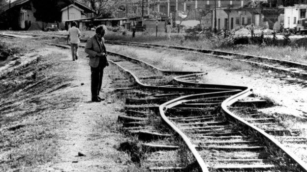 Vías de tren destrozadas por el terremoto de Guatemala de 1976