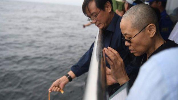 瀋陽市人民政府新聞辦公室提供的照片中,劉霞和家人參與海葬儀式