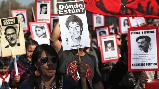 Familiares de los desaparecidos durante el golpe militar manifiestan en Santiago de Chile, 9 de septiembre de 2018