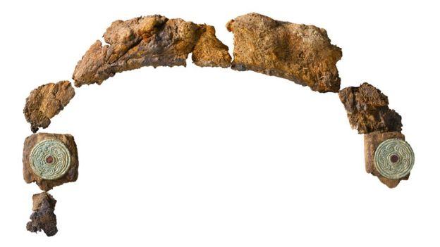 Restos de uma lira encontrada na tumba do Tutancâmon inglês