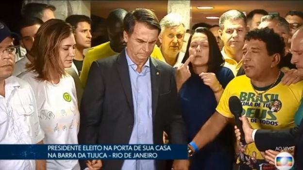 Bolsonaro rezando ao lado de aliados na noite de domingo, 28
