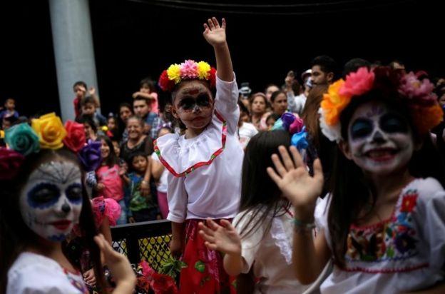 """طفلات تحتفلن بـ""""عيد الموتى"""" في مونتيري في المكسيك"""