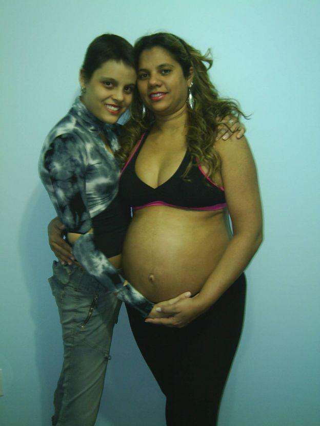 Marina Aguiar com a mãe, grávida na época