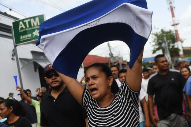 Una mujer sostiene la bandera de Nicaragua durante protesta en ese país.
