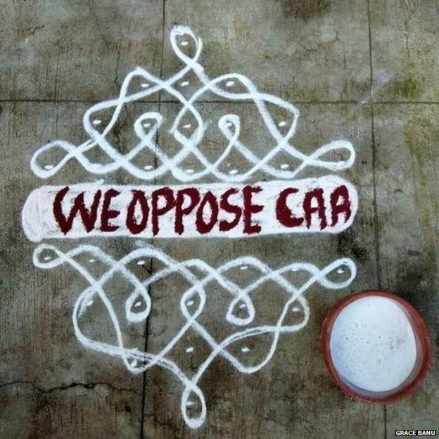 चावल के आटे से जमीन पर बना कोलम जिस पर लिखा है कि हम सीएए का विरोध करते हैं.