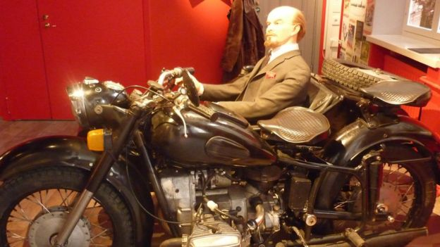 Khách tham quan được khuyến khích khoác áo tài xế và chở Lenin đi chơi một vòng.