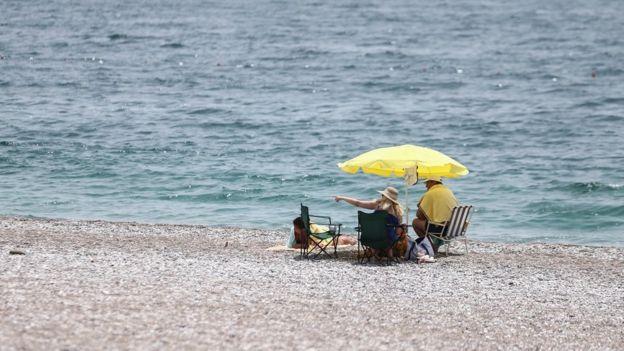 Це фото на пляжі в турецькій Антальї зроблене 10 червня. Туроператори сподіваюся, що у липні картина буде іншою.