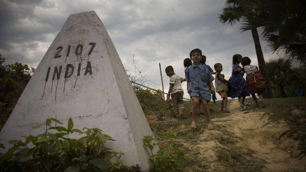 ভারত-বাংলাদেশ সীমান্তে একদল শিশু