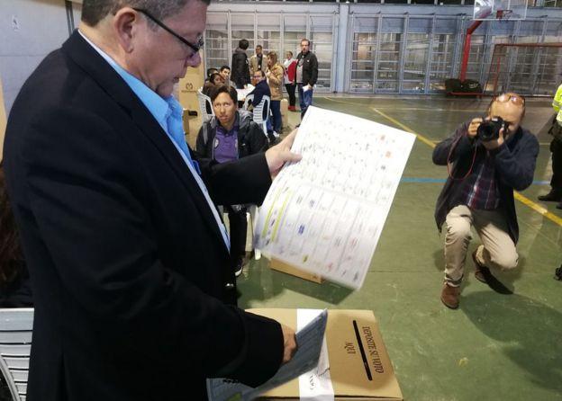 Pablo Catatumbo emite su voto