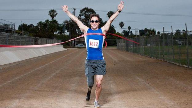 شاب يصل نقطة النهاية في سباق لذوي الإعاقة