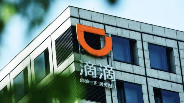 Un logo de Didi Chuxing adorna un edificio en Hangzhou, China.