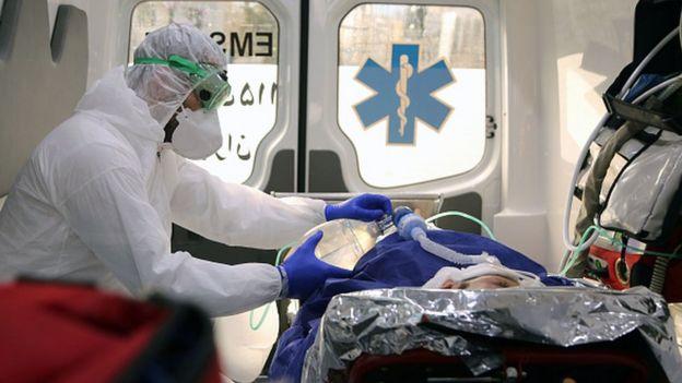 İranda bir həkim xəstəsini təcili yardım maşınında müayinə edir