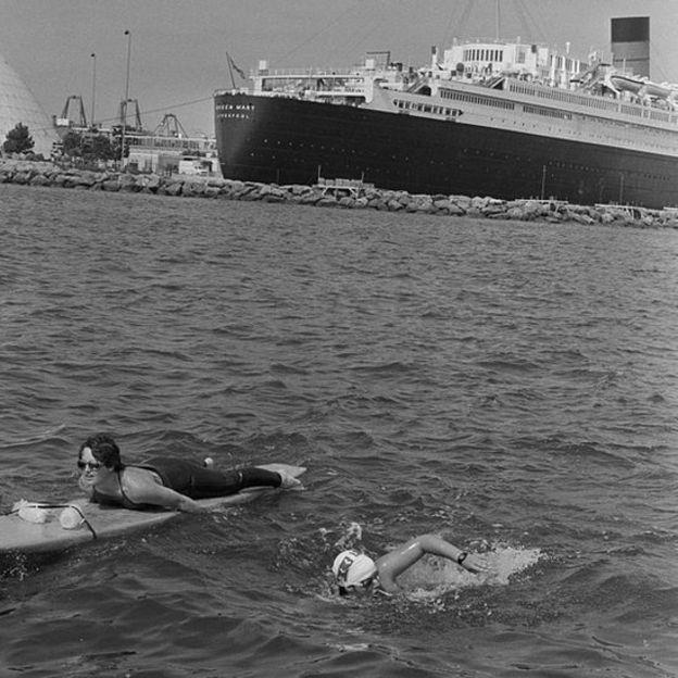 En 1985, Cox completó la vuelta al mundo a nado en 80 días.