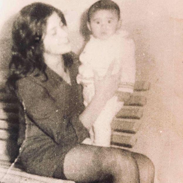 Luis Recabarren nos braços da mãe, Nalvia