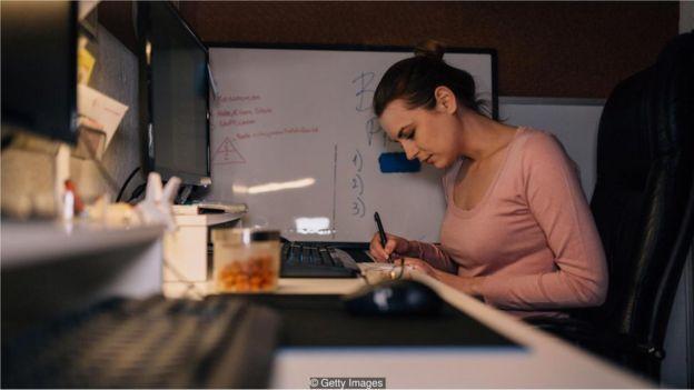 Mulher escrevendo