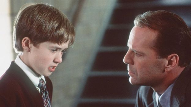 """Haley Joel Osment (izquierda) y Bruce Willis en una escena de """"Sexto sentido"""""""