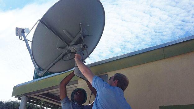 Colocación de una antena en la reserva Loisaba Conservancy