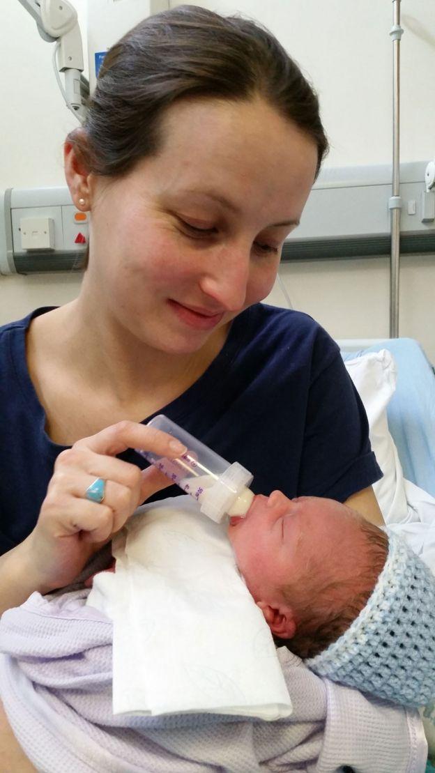 Ellie Finch Hulme amamentando o filho Charlie com uma mamadeira