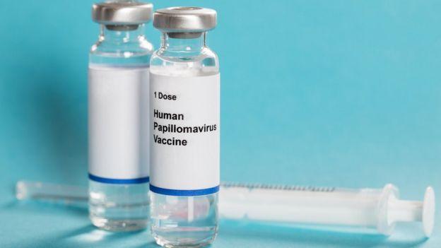Frascos com vacina contra HPV próximos a uma seringa
