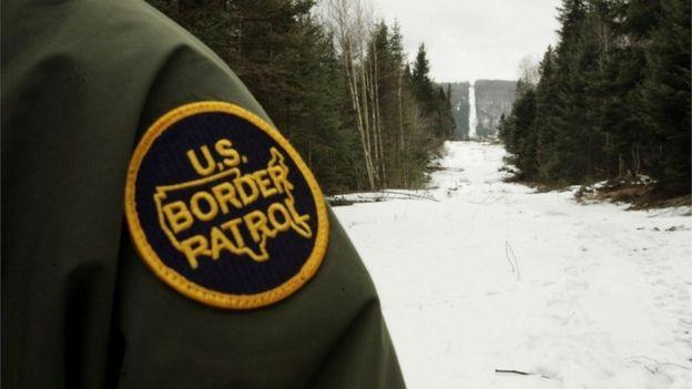 Um guarda americano vigia a fronteira canadense perto de Beecher Falls, Vermont