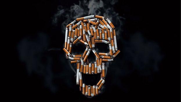 Imagem mostra o formato da cabeça de uma caveira, feita com cigarros