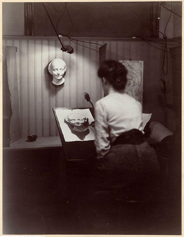 Una artista pinta la máscara de la Desconocida del Sena