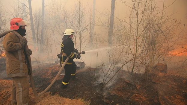 Bombeiros tentam apagar incêndios