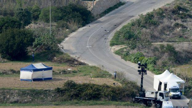 La policia acude al lugar en el que explotó el coche de Daphne Caruana Galizia.