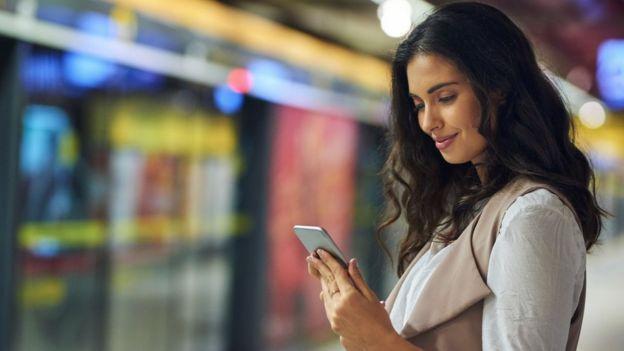 Mujer joven con un celular.
