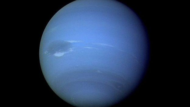 Netuno, azul, em imagem capturada pelo Voyager 2