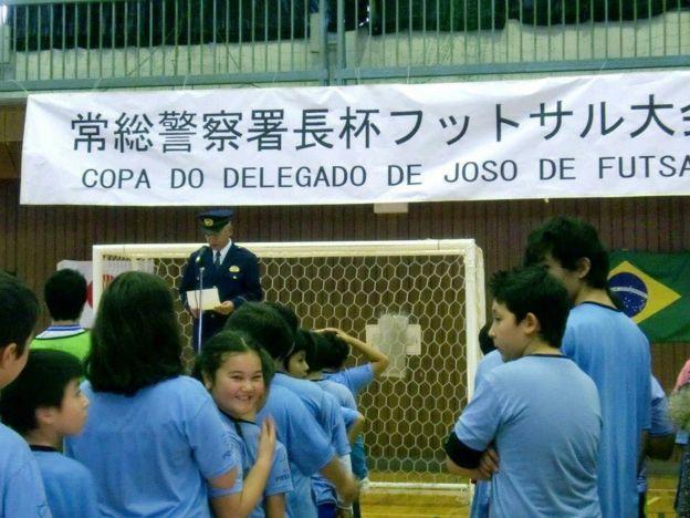 Foto de campeonato de futebol organizado pela polícia japonesa para alunos de escolas brasileiras