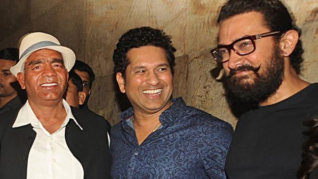 马哈维尔·辛格·珀尕(Mahavir Singh Phogat ,左)和阿米尔·汗(右)