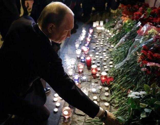 Rusya Devlet Başkanı Vladimir Putin olay yerine karanfil bıraktı