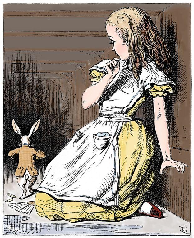 Alicia grande mirando al conejo chiquito