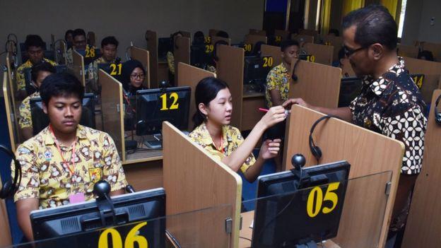 Siswa mengikuti simulasi Ujian Nasional Berbasis Komputer (UNBK) di SMA Negeri 3 Taruna Angkasa Jawa Timur di Madiun, Jawa Timur, Kamis (7/11/2019).