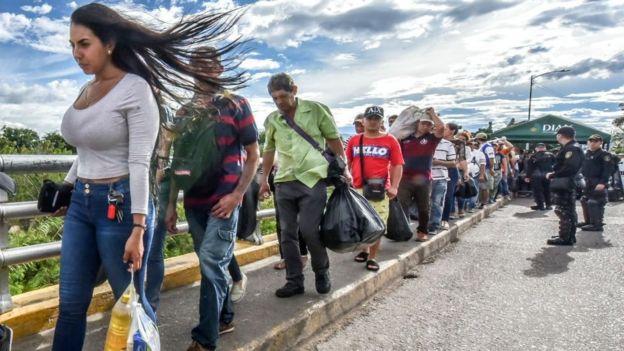 Venezolanos cruzando a Colombia por Cúcuta.