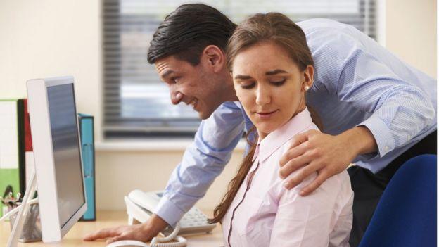 Homem põe mão no ombro de colega