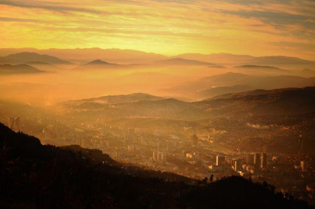 Vista panorámica de Sarajevo en el atardecer.