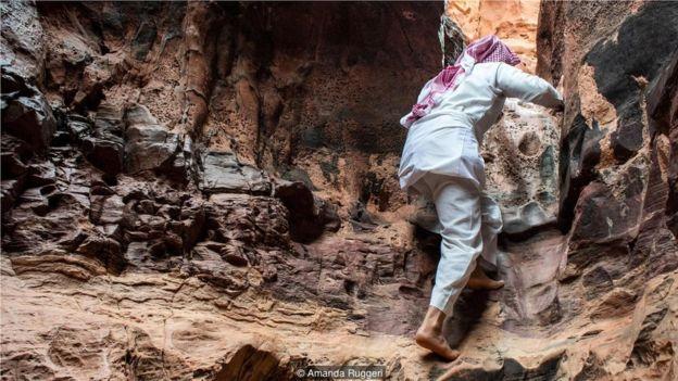 拉希德的技巧之一:不費吹灰之力地在峽谷兩邊的岩壁上攀爬。