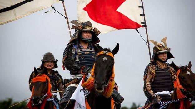 Japoneses disfrazados de Samurái