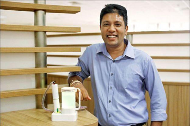 Nimesha Ranasinghe posa con uno de los utensilios que cre??.