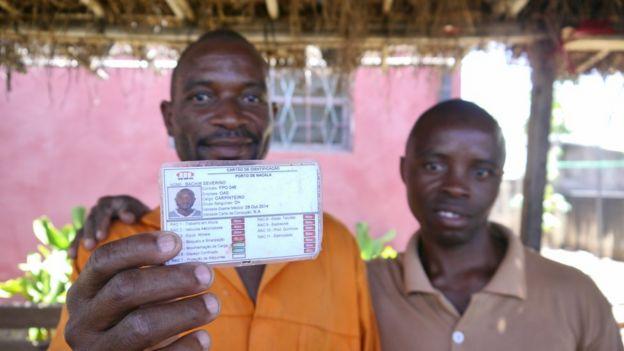 Bachir Severino segura carteira de identificação de trabalhador da OAS