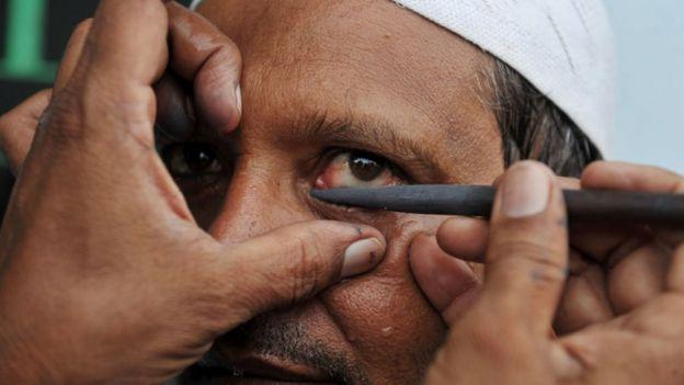 En algunos países, los hombres utilizan el maquillaje como parte de las ceremonias religiosas.