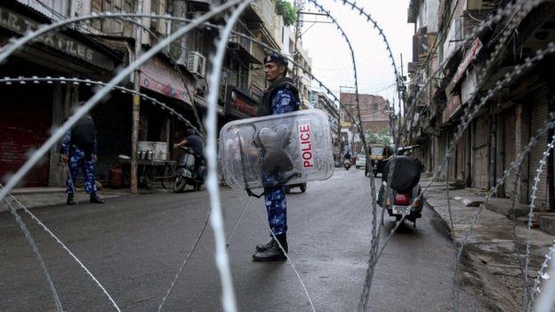 Srinagar sokaklarında barikat