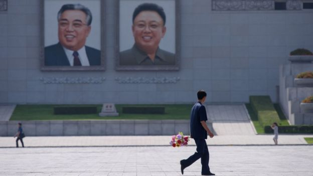 Según Sigley, la propaganda estatal está presente por todas partes en las calles de Pyongyang.