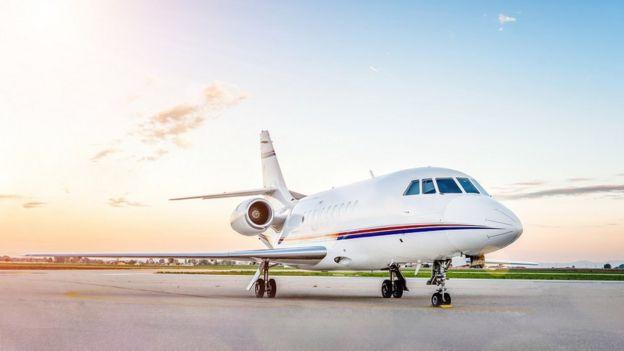 Un jet privado en un aeropuerto.