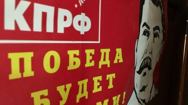 """""""La victoria será nuestra"""", se lee en un poster del Partido Comunista con la foto de Stalin"""