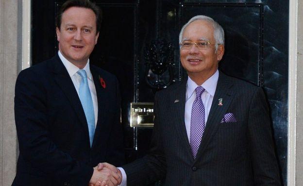 رئيس وزراء بريطانيا السابق ديفيد كاميرون أثناء استقباله نجيب رزاق في داونينغ ستريت في لندن
