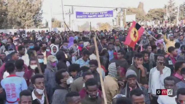 Multitud als carrers d'Addis-Abeba, Etiòpia